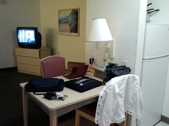 Motel 6 San Francisco - Belmont: Office/dining table next to kitchenette