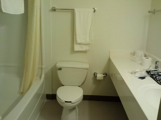 Motel 6 San Francisco - Belmont: Large bathroom