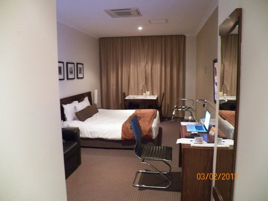 Clarion Suites Gateway : Room from the door 