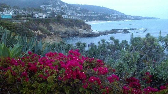 Montage Laguna Beach: The grounds at dusk.
