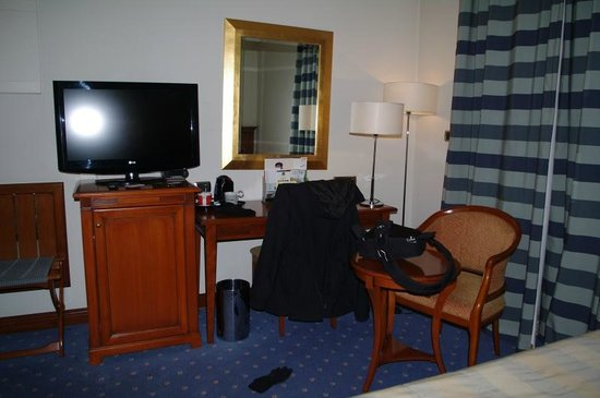 BEST WESTERN PREMIER Hotel Astoria: My Room - Desk Area