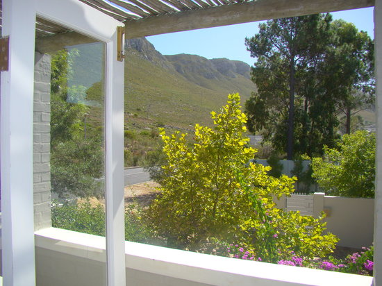 Hermanus Lodge on the Green: Mountain view from Family Room