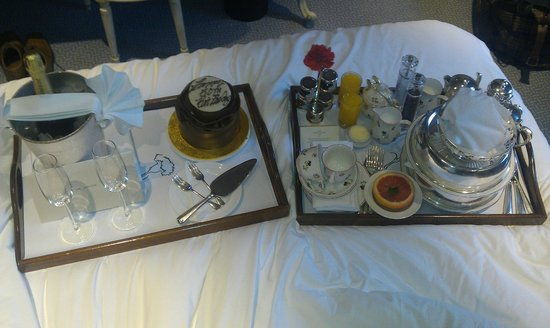 Egerton House Hotel: Breakfast in Bed