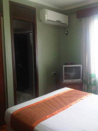Montebello Villa Hotel: TV and airconditioning