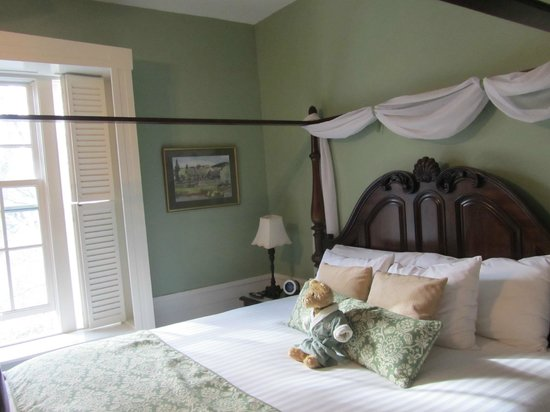 Captain's Manor Inn: King bed with outrageously soft linens.  Ahhhh.