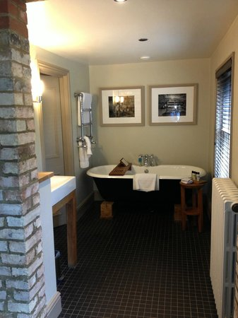 Hotel du Vin Cambridge: Roll Top Bath in Junior Suite