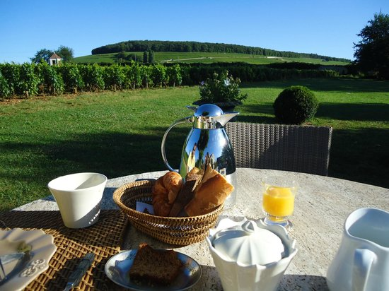 Aloxe-Corton, Frankrike: breakfast in the garden overlooking the viniards