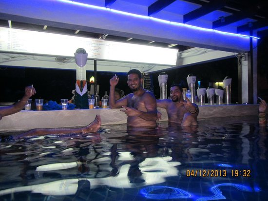 Ark Bar Beach Resort: Pool Bar at night