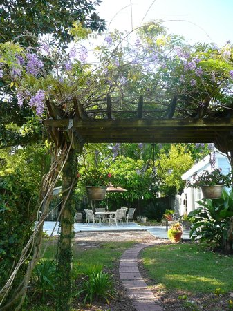 Blue Heron Inn - Amelia Island: Entrance to Garden