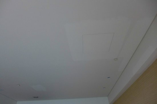 Fleur De Chine Hotel: patches of paint on the ceiling