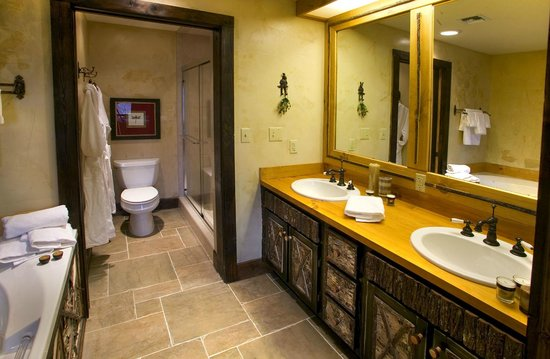 The Lodge at Buckberry Creek : Large modern bathrooms to love in every suite