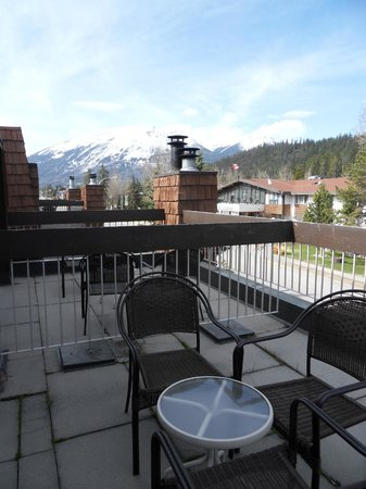 Tonquin Inn: Patio area and view from the room.