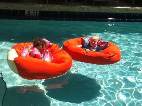 Catalina Hotel &amp; Beach Club: Cool beanbag floats
