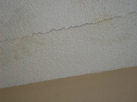Country Inn & Suites By Carlson, Atlanta Downtown South at Turner Field, GA: another crack in ceiling of our room