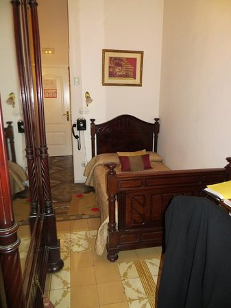 Hostal L' Antic Espai: Inside room 106