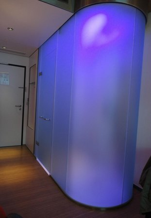 citizenM Glasgow: Bathroom with mood lighting on