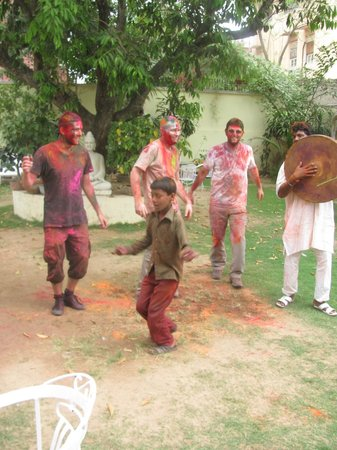 Hotel Anuraag Villa : Drummers and dancing in the garden for Holi