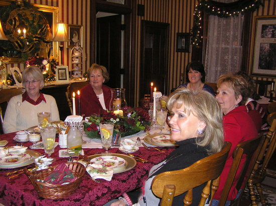 Murphy Guest House Bed and Breakfast: Ladies group enjoying and evening