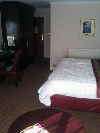 BEST WESTERN Heronston Hotel: Excuse the room its our mess and iPhone photo so not great but room was a fantastic size.