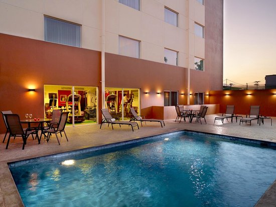 Courtyard by Marriott San Jose Airport Alajuela: Pool area & Gym in th back