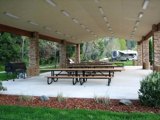 Canyonville, Όρεγκον: Another View of the Group Outdoor Dining Picnic/Facility