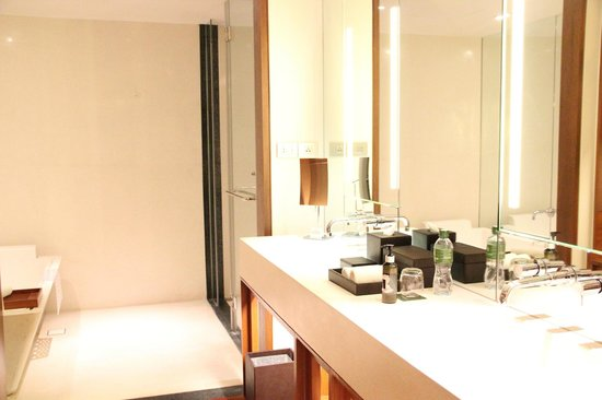 Hansar Bangkok: Studio Suite bathroom