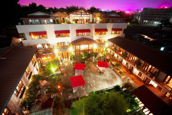 Red Wall Garden Hotel: Courtyard