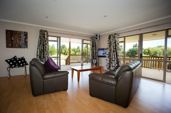 Te Aroha, Nowa Zelandia: Spacious studio unit with extensive decking and outdoor furniture
