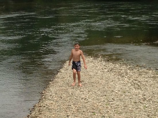 Te Aroha, New Zealand: Swim in the clean Waihou River a 5 metre stroll away