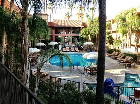 Embassy Suites Hotel Tucson-Williams Center: View of pool.spa area and rear of lobby area from 2nd floor balcony.