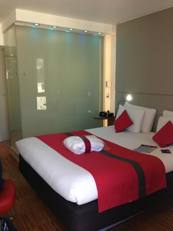 Mercure Paris Arc de Triomphe Etoile: bedroom (shower is behind the frosted glass wall)