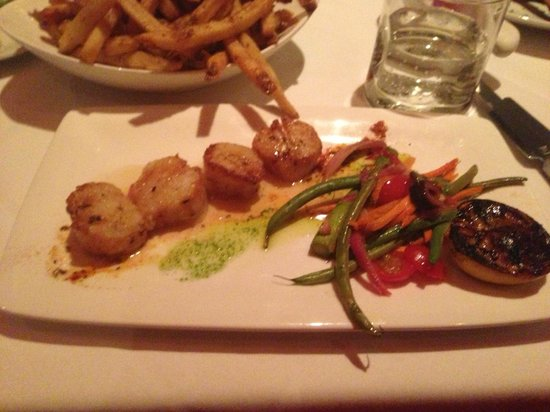 West Hartford, CT: Scallops and large serving of fries