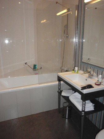 La Prima Fashion Hotel: Bathroom (room 304)