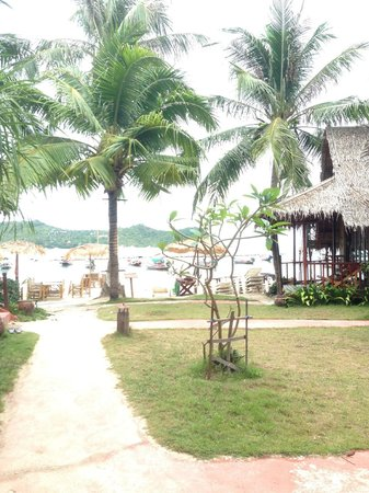 Baan Panburi Village At Yai Beach: View on the beach