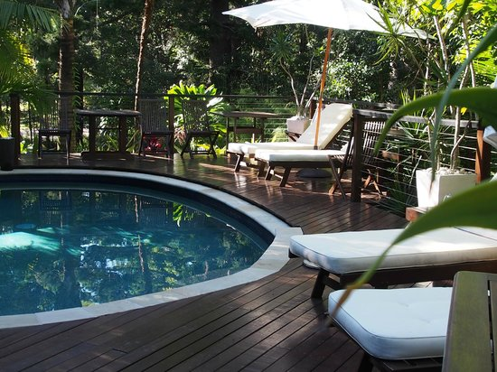 Azabu Guesthouse Byron Bay: The pool and sun deck - by Samuel M