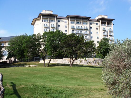 Barton Creek Resort & Spa: l'Hotel visto dal campo da golf