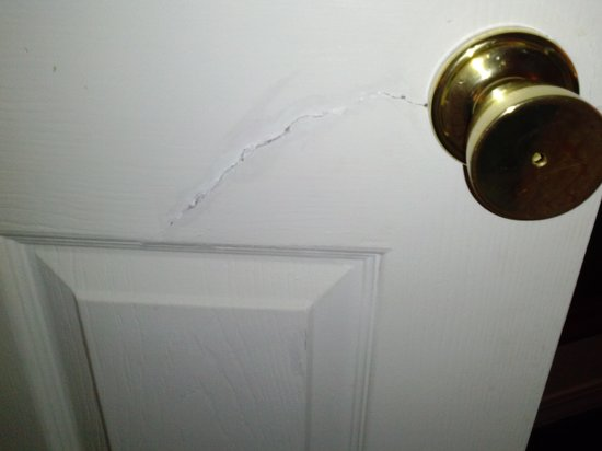London Bridge Resort: Door Crack in front of master bedroom door