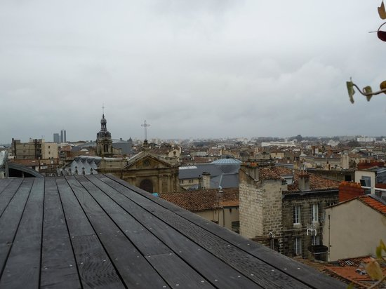 Le Grand Hotel de Bordeaux: Rooftop pool & spa amenities.