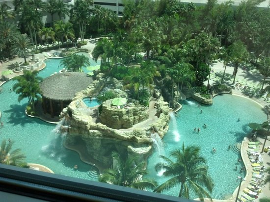 Seminole Hard Rock Hotel Hollywood: This pool has a slide, bar, and two beach like areas! Towels provided. So relaxing.