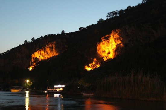 Dalyan Tezcan Hotel: The Rock Tombs at night