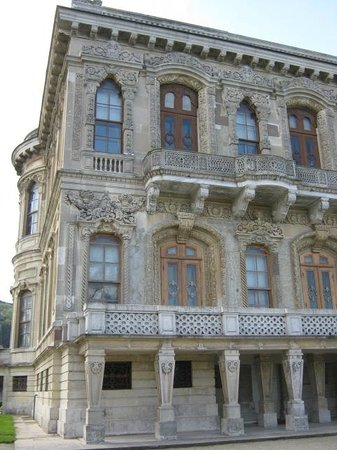 Kucuksu Palace - the facade from the Bosphorus - Picture ...
