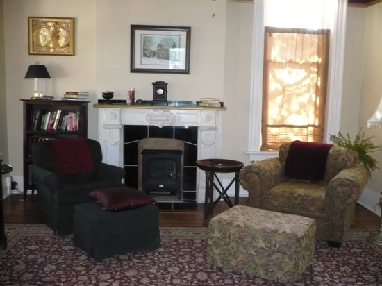 The Inn on Broadway: Fire place &amp; sitting area