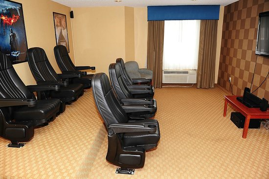 Sleep Inn &amp; Suites Rehoboth Beach Area: Family Theater Room