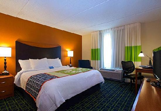 Fairfield Inn &amp; Suites Santa Maria: King bed guest room