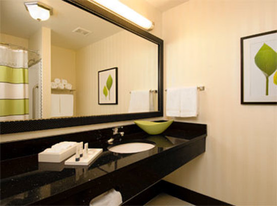 Fairfield Inn &amp; Suites Santa Maria: Standard room bathroom