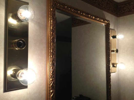 River Edge Motor Lodge: Missing light bulbs on vanity.  Cheap!!!
