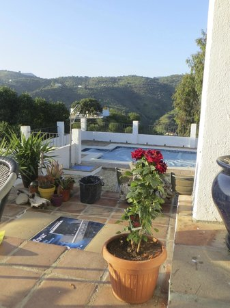 Comares, Spanien: Overlooking the pool