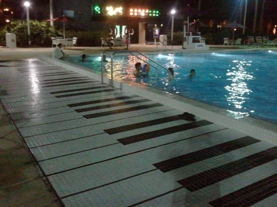 Disney&#39;s All-Star Music Resort: Piscine piano
