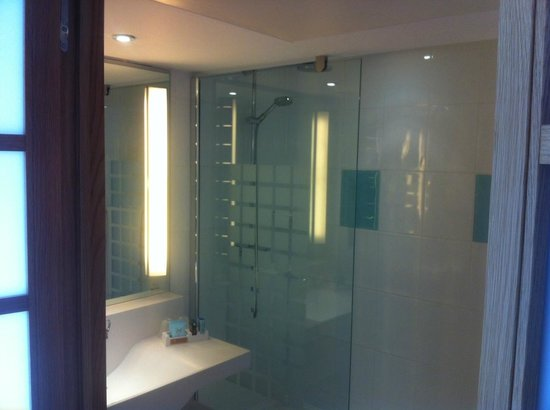 Novotel Liverpool: Bath - really nice and big - difficult to take picture :-)
