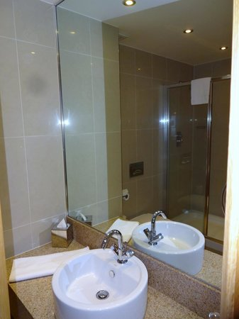 Pillo Hotel Ashbourne: Nice en-suite with very large shower cubicle